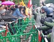 Scontro tra manifestanti e poliza a Francoforte (Infophoto)
