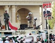 Militari presidiano la folla (Reuters)