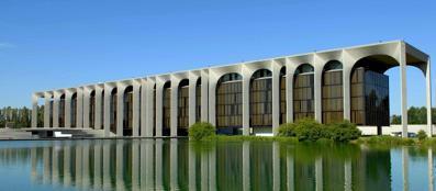 Una visuale esterna di Palazzo Mondadori a Segrate (Ansa)