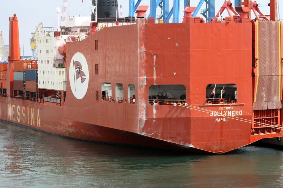 La Jolly Nero dopo l'impatto con la torre dei piloti sul molo Giano a Genova: visibili i segni sul lato sinistro della poppa (LaPresse)