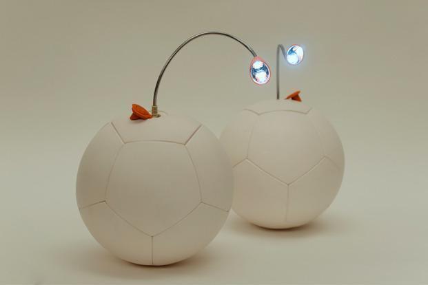 Soccket è un pallone che con 30 minuti di movimento può tenere accesa una lampadina led per 3 ore (Unchartedplay.com)