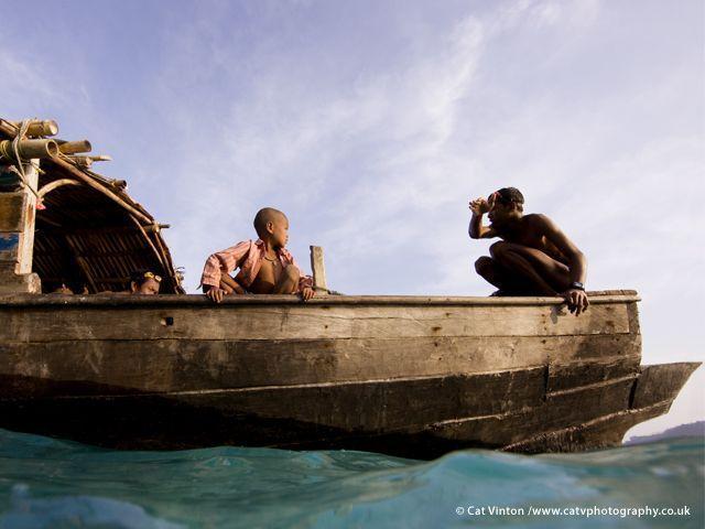 La storia orale dei Moken è ricca di conoscenze sul mare e i venti. Nel 2004 intuirono l?arrivo dello tsunami e misero se stessi e alcuni turisti in salvo sopra un?altura (Joanna Eede ? www.survival.it)