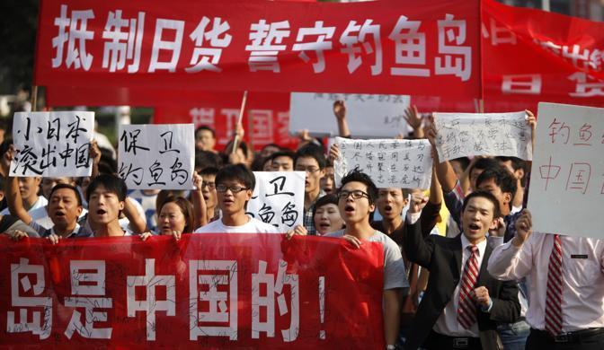 Pechino: protesta davanti all'ambasciata giapponese. Motivo: la contesa sulle isole  Senkaku formalmente appartenenti al Giappone ma rivendicate dalla Cina (Afp)