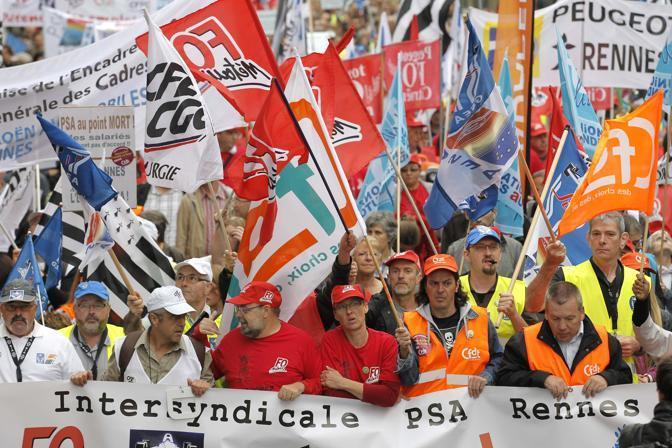 Rennes, Francia: manifestazione dei dipendenti del gruppo PSA-Peugeot contro un piano che prevede il taglio di 8mila dipendenti (Reuters)