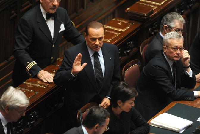 Berlusconi all'arrivo in aula risponde al coro «Silvio,Silvio dai banchi della maggioranza (Photoviews)
