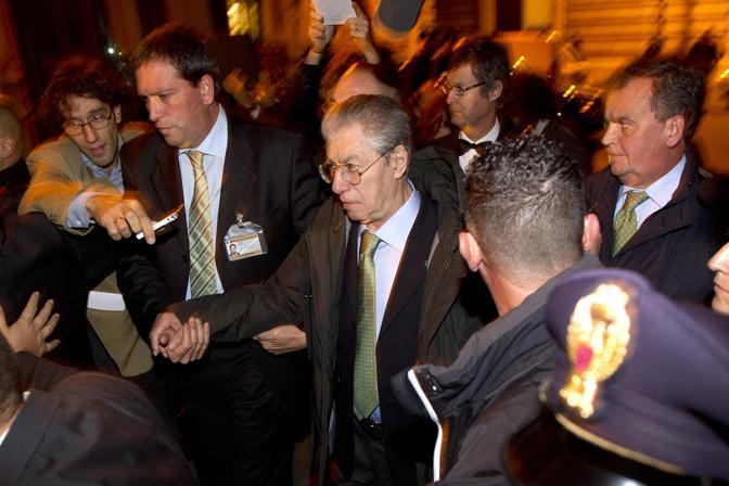 Fischi e insulti per i politici del Pdl che hanno preso parte al vertice di Palazzo Grazioli (Ansa)