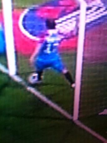 Polemiche a Catania per un gol negato al Milan. La palla ha varcato o no la linea di porta? Dal fermo immagine sembrerebbe di sì