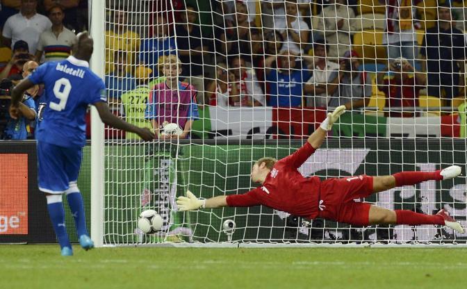 Balotelli realizza il primo penalty. (Reuters)