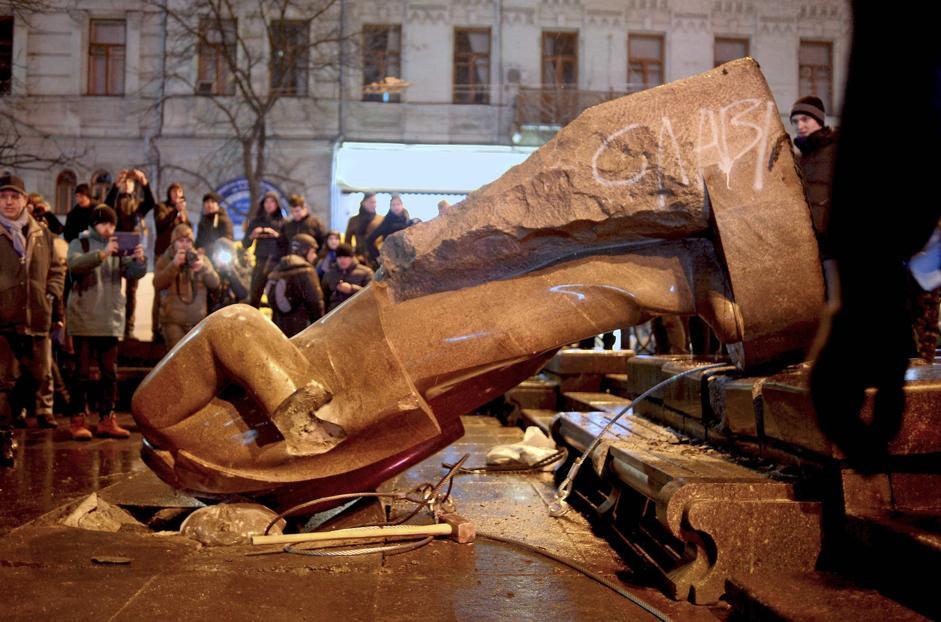 Risultati immagini per statue lenin distrutte