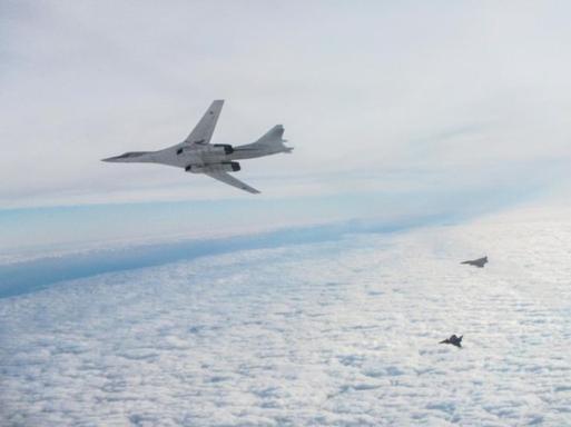 La provocazione: bombardieri russi intercettati dai caccia Raf