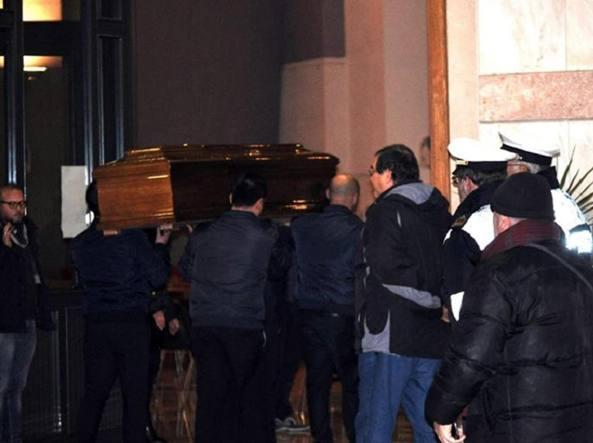 La bara con il corpo di Salvatore Failla viene portata nella chiesa Santa Tecla di Carlentini (Ansa)