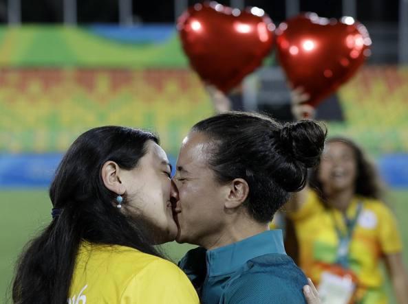 Il bacio tra una volontaria e la giocatrice di rugby Isadora Cerullo (Ap/Hadebe)