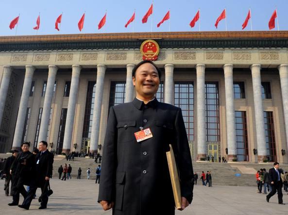 Li Shufu dinanzi alla Grande sala del popolo di Piazza Tiananmen a Pechino