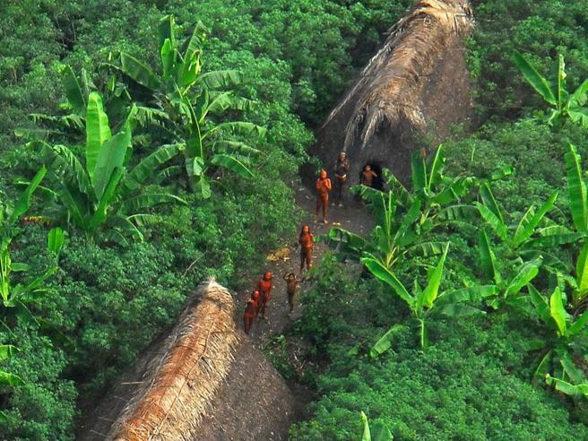 Stop a Bolsonaro che minaccia gli indios incontattati: ma è rischio contagio in Amazzonia