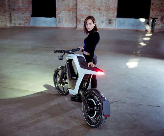Novus, la moto elettrica in fibra di carbonio che sembra una bici