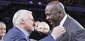 Michael Jordan e l'ex coach di North Carolina Dean Smith. Ap