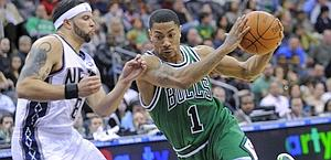 Derrick Rose evita il contrasto di Deron Williams. Ap