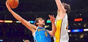 Marco Belinelli, 25 anni, in azione contro i Lakers. Ansa