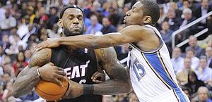 LeBron James difende la palla da Jordan Crawford. Ap