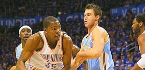 Danilo Gallinari, 22 anni, difende su Kevin Durant. Reuters