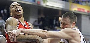 Derrick Rose lotta con Josh McRoberts. Ap