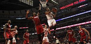 Un duello aereo tra Derrick Rose dei Bulls (a destra) e Chris Bosh. Afp