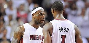 LeBron James si congratula con Chris Bosh. Ansa