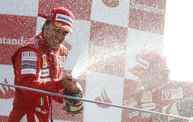 Alonso festeggia la vittoria del Gp d'Italia. La Ferrari non vinceva a Monza dal 2006. (GazSport)
