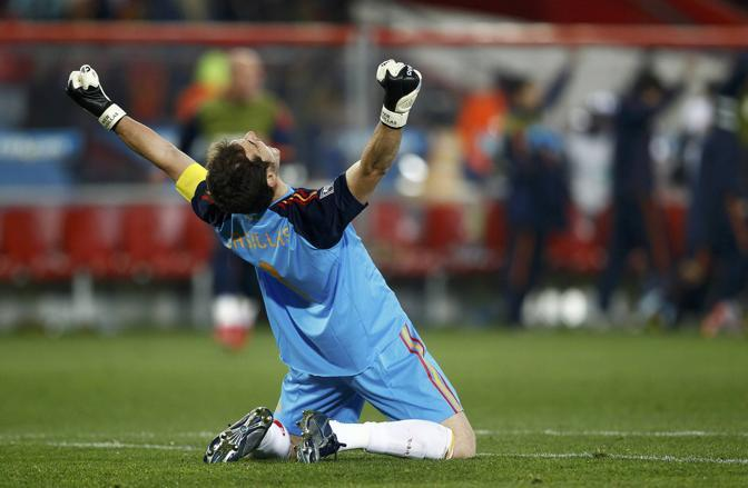 Casillas esulta per il passaggio in semifinale: decisiva la sua parata sul rigore di Cardozo. (GazSport)