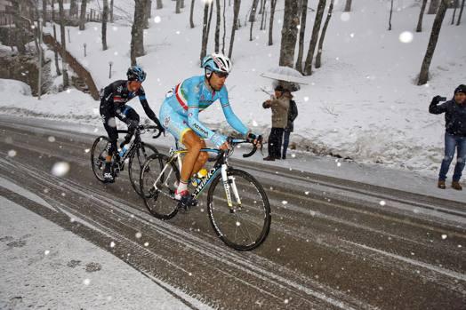 Vincenzo Nibali sotto la neve. Bettini