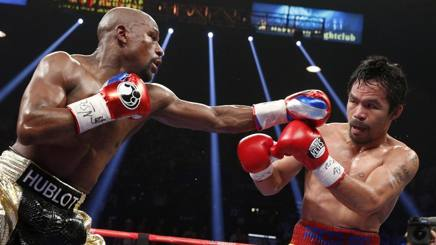 L'imbattuto Floyd Mayweather (a sinistra) colpisce con un sinistro Manny Pacquiao. AP
