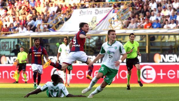 Daniele Cacia, 31 anni, osserva il pallonetto appena calciato verso la porta vuota: è il 2-2 del Bologna. LaPresse