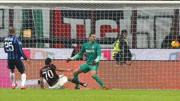 Il gol di Carlos Bacca, l'undicesimo in campionato. LaPresse