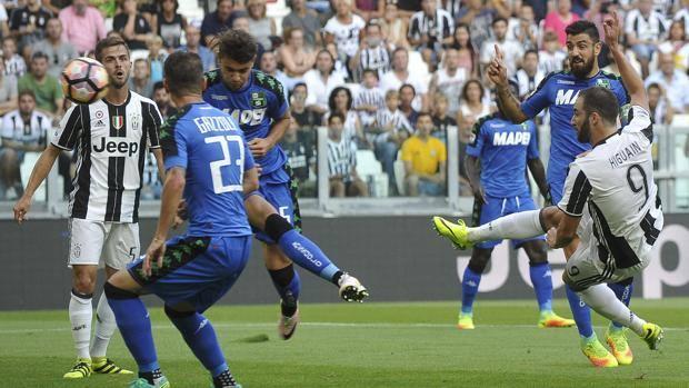 Il gol in mezza rovesciata di Gonzalo Higuain. Reuters