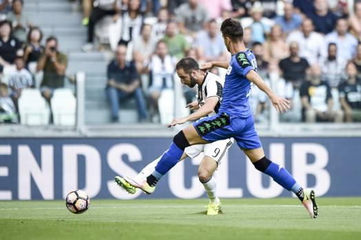 Il gol del vantaggio di Gonzalo Higuain. LaPresse
