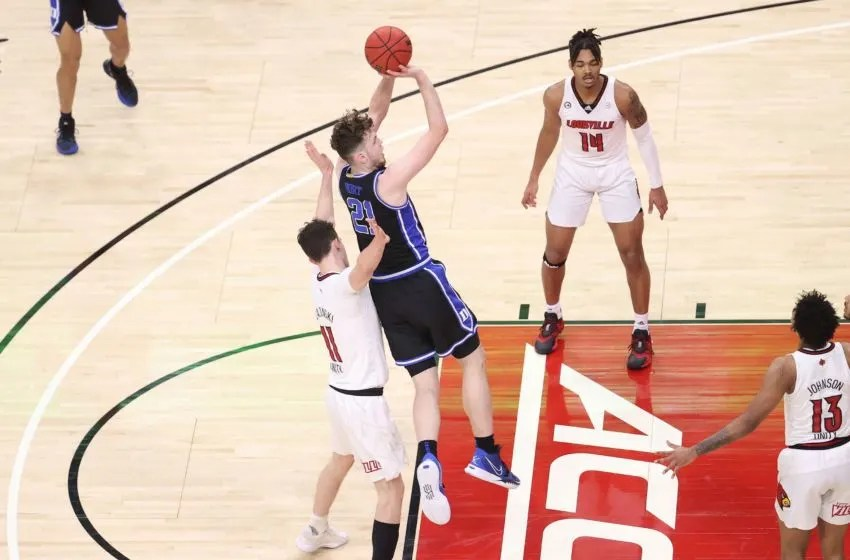 LOUISVILLE, KENTUCKY - JANUARY 23: Matthew Hurt #21 of the Duke Blue Devils shoots the ball against the Louisville Cardinals at KFC YUM! Center on January 23, 2021 in Louisville, Kentucky. (Photo by Andy Lyons/Getty Images)