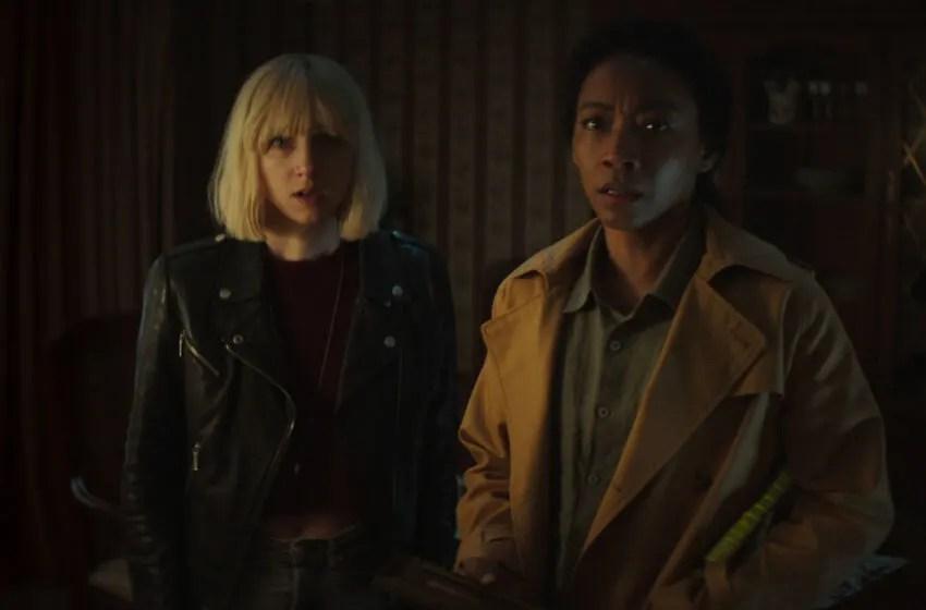 CLICKBAIT (LAR) ZOE KAZAN como PIA BREWER y BETTY GABRIEL como SOPHIE BREWER en el episodio 108 de CLICKBAIT Cr.  CORTESÍA DE NETFLIX © 2021