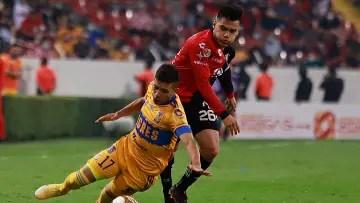 The Uruguayan Leo Fernández de Tigres is knocked down by Aldo Rocha del Atlas in Guard1anes 2021.
