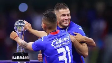 The player Pablo Aguilar celebrates the title with Cruz Azul.
