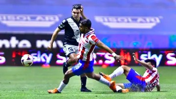 Christian Tabó and Miguel Ponce in the fight for a ball.