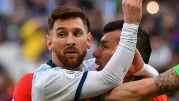 Messi does not understand what the Chilean Gary Medel asks him
