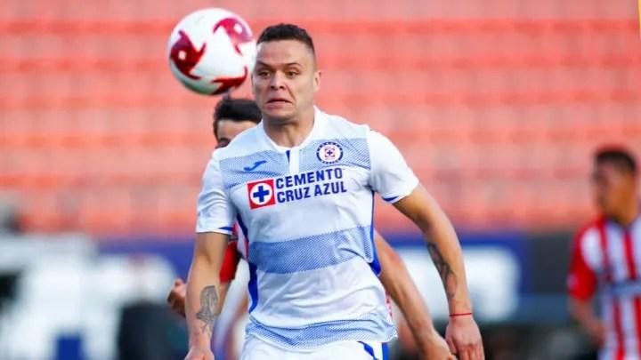Jonathan Rodríguez, from Cruz Azul, disputes a ball