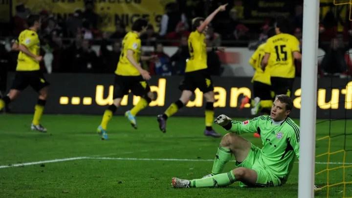 Neuer observa con desesperación cómo el Dortmund toma la delantera