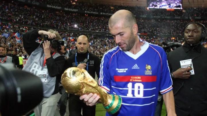 French player Zinedine Zidane (C), holdi
