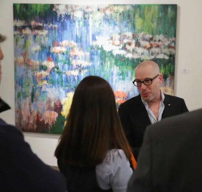 Художник Брэдли Харт принимает участие в открытии выставки «Мастера, которую переводят» в Кавалер Галерее 7 мая 2014 года в Нью-Йорке.