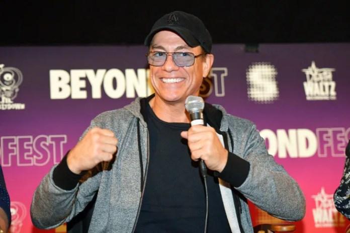 Актер Жан-Клод Ван Дамм выступает на сцене во время показа фильма Beyond Fest и панели «Cast / Creator» эксклюзивного сериала Amazon Prime Video «Жан-Клод Ван Джонсон» в Египетском театре 9 октября 2017 года в Голливуде, штат Калифорния