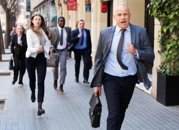 Empresários atrasados para o trabalho