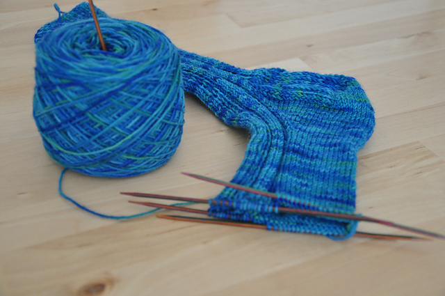 Drachenwolle Sockenwolle Tiefseegeheimnis Rippenmuster Hebemaschen