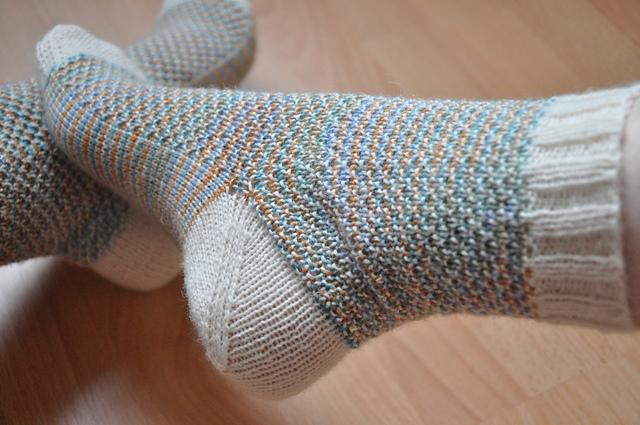 6 ausm stash socken broken seed stitch zauberwiese sockenwolle leinen drops fabel