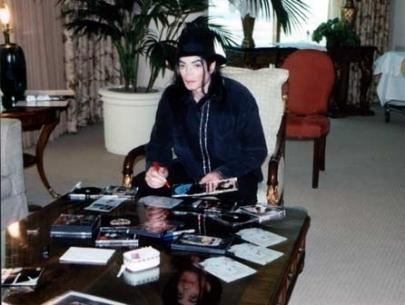 https://i1.wp.com/images4.fanpop.com/image/photos/17600000/rare-3-Michael-jackson-michael-jackson-17662451-405-305.jpg
